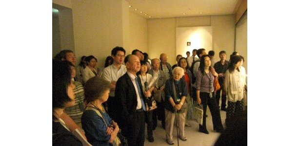 8/31に開催されたマスコミ内覧会で、マイクを持って作品の紹介をする辻惟雄氏(MIHO MUSEUM館長)