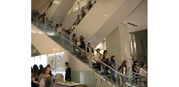 1階は昼と変わらず大混雑です!
