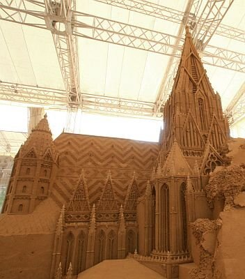 砂で作られたとは思えない精密さ!「シュテファン大聖堂」はこちら
