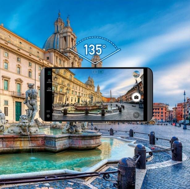 135°の広角レンズ搭載で、集合写真や風景写真をより広くワイドに撮影可能