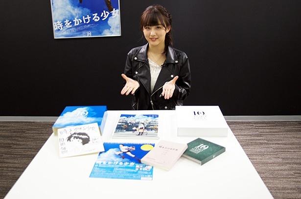 【写真を見る】「『時かけ』を好きな人が求めていたものが詰まっている」と笑顔でBOXを開いた鎌田菜月さん