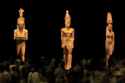 高さが約5mある3体の巨像(左からハピ神、ファラオ、王妃)は迫力満点!