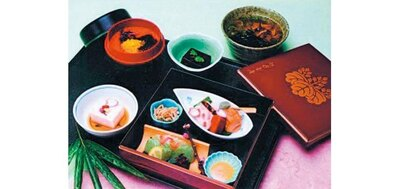 【写真を見る】お造り、八寸、炊き合わせなどがセットの精進料理「雨月」(1620円)/醐山料理 雨月茶屋