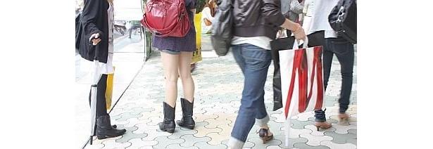 明治大通りは黄色と白のショッピングバッグがやけに目に入ってくるのだ