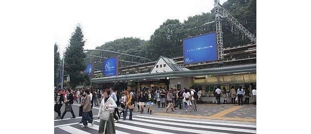 利用客の多い週末の原宿駅