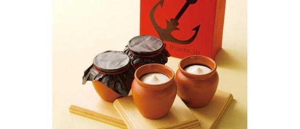 <兵庫>神戸フランツ「神戸魔法の壺プリン」1個368円…素焼きのつぼに入った濃厚なカスタードプリンに、ふんわりした生クリームをトッピング