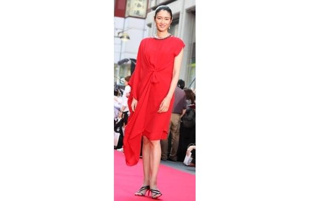 まぶしい!小雪は鮮やかな深紅のドレスで登壇!