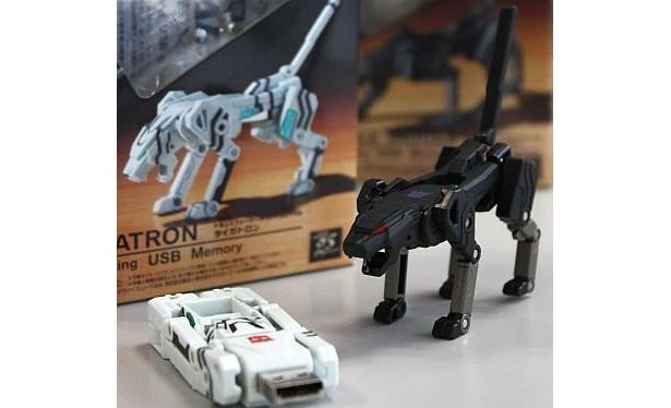 「トランスフォーマー デヴァイスシリーズ」のUSBメモリー、変形前(左)のタイガトロンと変形後のジャガー