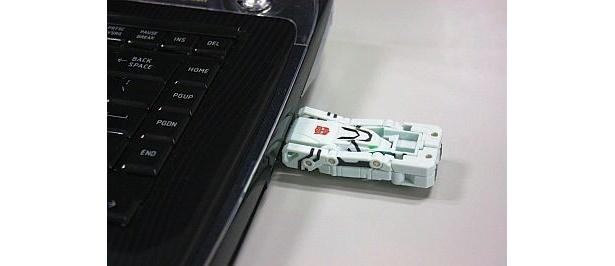 USBメモリーはPC装着時はこんな形状。これを抜いて…【変形の様子は次画像へ!】