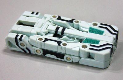USBメモリーのコネクタ部分を底面のレバーを押しながらスライドさせて本体に収納