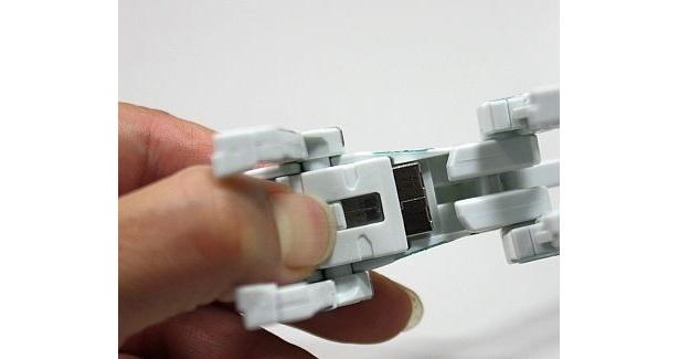 底面のレバーを沿いながらコネクタをスライドさせて固定。そして下アゴをつまんで引き出し、脚を曲げたりしてポーズを付ければ…