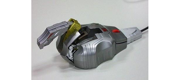 一方、マウスはホイールの下部にある部分を引き出すと、頭部に! サイドの両肩も起こして…