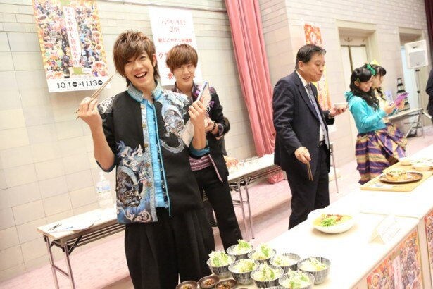 楽しんで試食をする、BOYS AND MENの田村侑久と土田拓海
