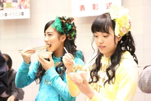 試食をする、チームしゃちほこの坂本遥奈と伊藤千由李