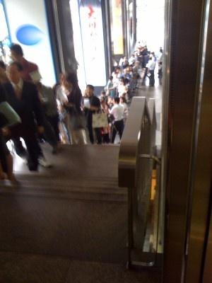 列は中日ビルの外まで延び、1階まで達する。