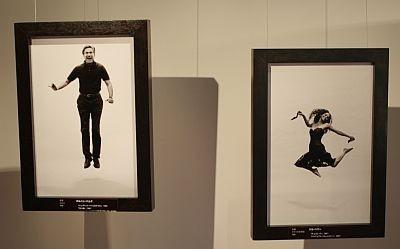 美しく舞うハル・ベリー(右)ほか作品画像