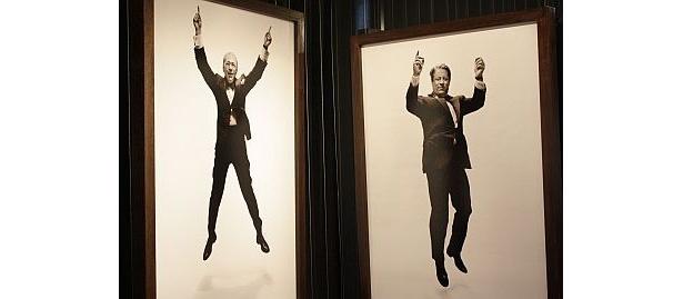 右がマヨーリ氏賞賛のゴア元副大統領。この写真展の名前は、彼が「時間がないからワンジャンプだけね」と言ったことに由来するという