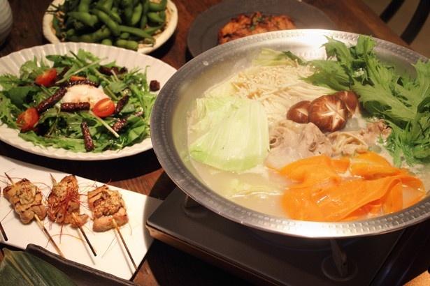 イチオシメニューの「鶏白湯鍋」(1人/5000円、注文は4人前~)のスープは丸鶏を8時間煮込む