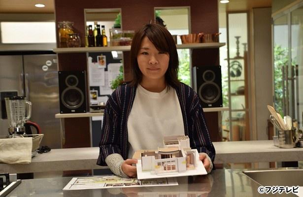 「Chef~三ツ星の給食~」(毎週木夜10:00-10:54、フジテレビ系)のセットツアーを行ったデザイナーの笹朝斐氏