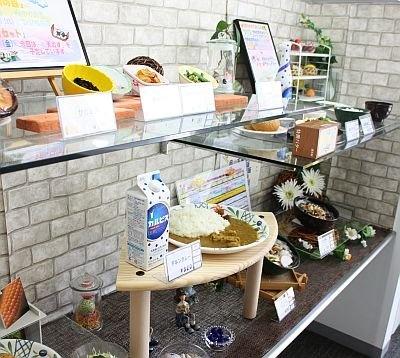 カルピス本社の社員食堂エントランスに置かれたメニュー見本。カルピスメニューのカレーの隣にはカルピスが置かれている