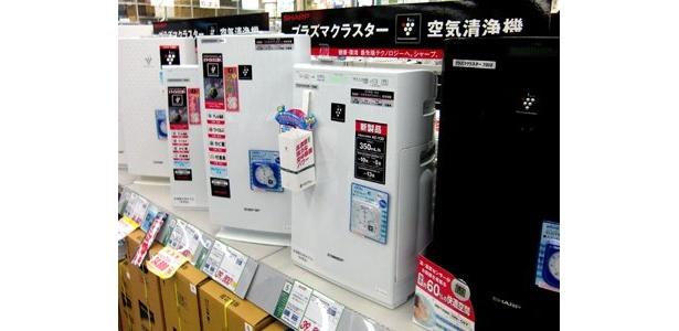 """売り場でも目立つ位置に設置されている「空気清浄機」コーナー。人気はやはり""""除菌できる""""タイプだ (LABI渋谷店)"""