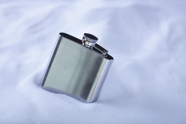 """お酒を入れる携帯用の水筒""""スキットル""""。トマムのロゴが入ったオリジナルの品で、持ち帰ることが可能"""