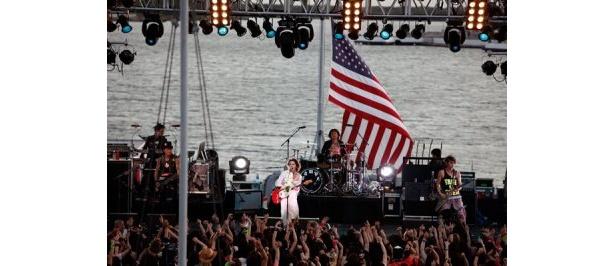 戦艦ミズーリ号でライブを行うVAMPS