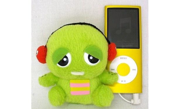 ガチャピンの「スピぐるみ」。iPodにつなぐとこんな感じ