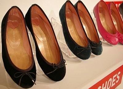 ラウンドバレエシューズ(¥1990)。サイズは22.5〜24.5cm、全12色のうちビュー事業店舗とジーユーのみで取り扱うのが7色