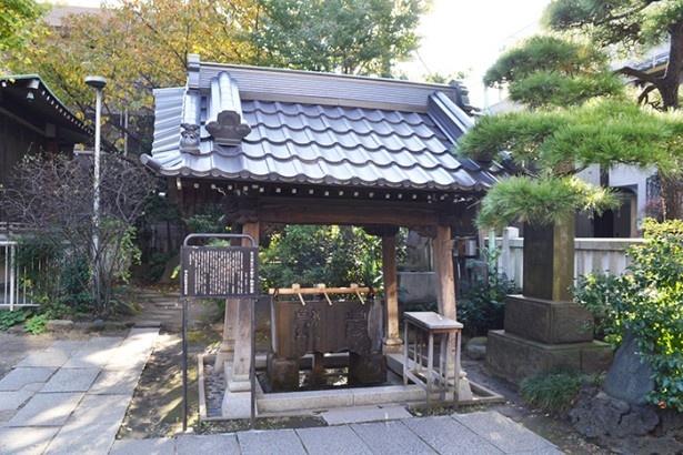 参拝者が手を清めるための水盤を置いた水盤舎(「住吉神社」)