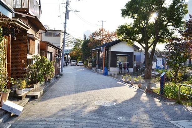 第1話で相米二が配達に行くシーンで描かれていたのが、店の前のこの場所。写真右側の広場のようなところは、かつて隅田川の渡し船の乗り場があった場所だ (「つくだに 丸久」)