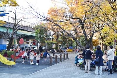 さまざまな遊具があり、地元の子供が元気よく遊ぶ (「佃公園」)