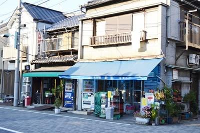 昔ながらの駄菓子店や酒店など、昔懐かしい面影を残す佃島の街並み