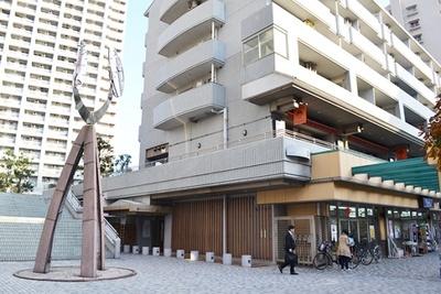佃島から少し離れたところにある、商業施設やオフィスビル、マンションなどを併設した複合施設「リバーシティ21」