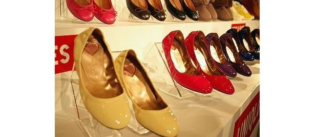 レディスの「ギャザーバレエシューズ」。サイズは22.5〜24.5cm、全12色のうちビュー事業店舗とジーユーのみでの取り扱いが7色