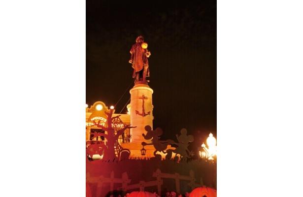 コロンブス像もライトアップ