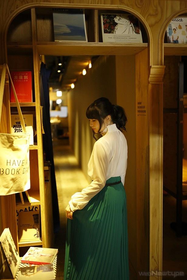 上田麗奈フォトコラム・異国情緒と本があふれる都会の宿で