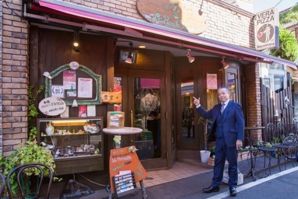 【写真を見る】写真右上にある「VERA PIZZA」の看板が、「真のナポリピッツァ協会」認定店の証。「ではご案内しましょう!」とJaffaさん/ラ・ピッコラ・ターヴォラ