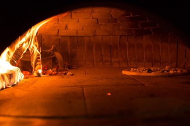 木材のみを燃料に、窯の床面で直焼きするのも「真のナポリピッツァ」の条件/ラ・ピッコラ・ターヴォラ