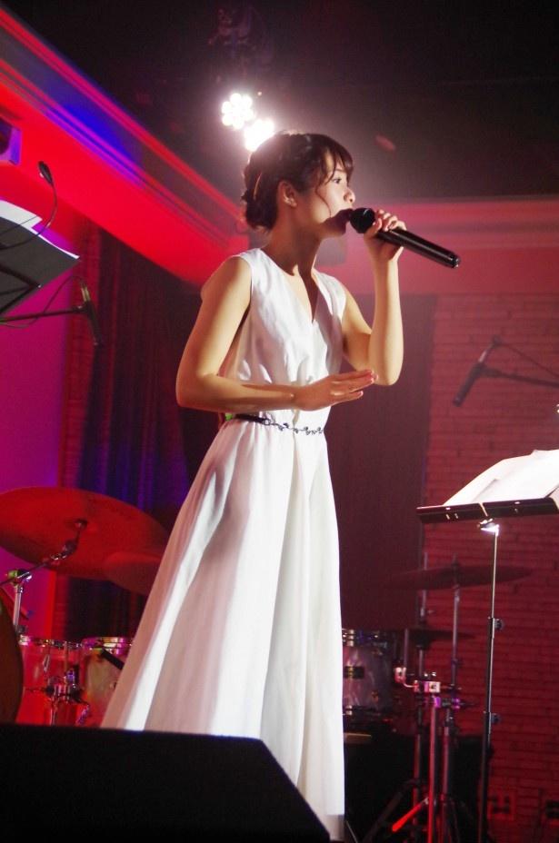 パンクバンド・ニューロティカの代表曲「飾らないままに」のアコースティックカバーなど3曲を熱唱