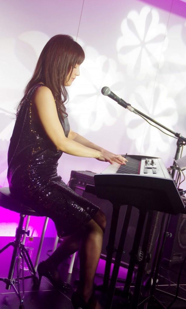 オリジナル曲をピアノ弾き語りで華麗に熱唱!
