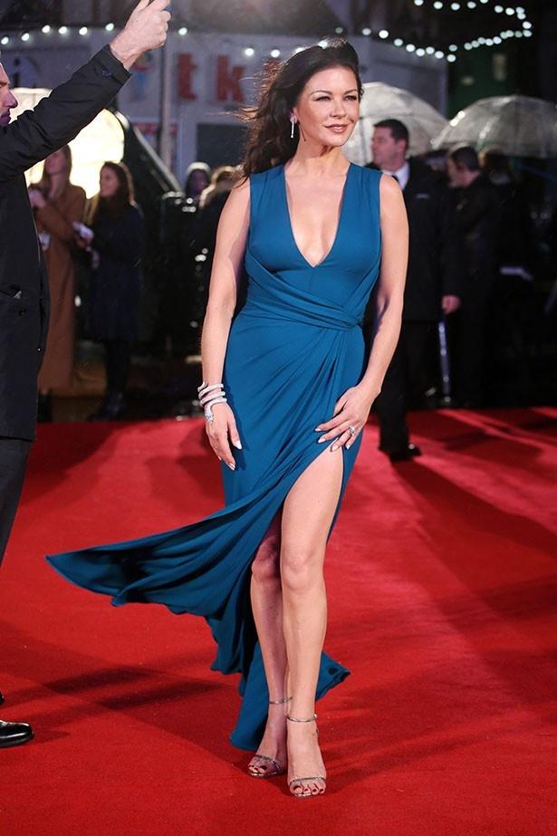 【写真を見る】「美しい」と絶賛!セクシードレス姿のキャサリン・ゼタ=ジョーンズ