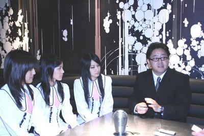 インタビュー風景(右から、秋元康氏、高田志織、松井樹理奈、平田璃香子)