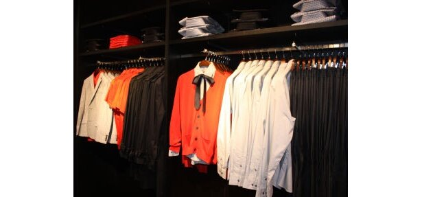 スーツフロアには、シャツなどのベーシックアイテムも充実