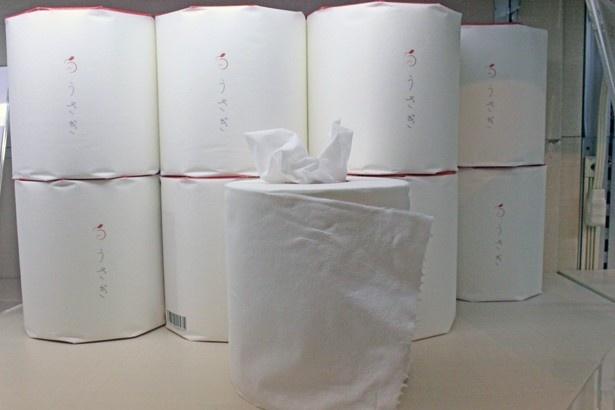 【写真を見る】望月製紙の高級トイレットペーパー「うさぎ」(540円)。2016年度、おもてなしギフト賞に輝いた