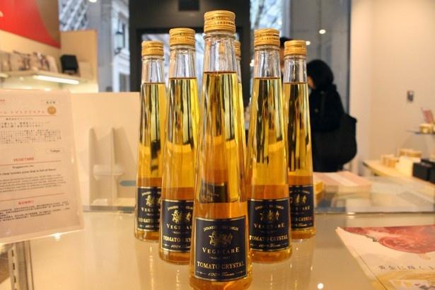 サジェスコムの「ベジターレ トマトクリスタル」(300ml・1850円)。大吟醸で使用される技法「雫取り」を応用した、黄金色のトマトジュース