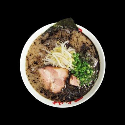 なんつッ亭「ら〜めん」(700円)。焦がしニンニクとブレンドしたマー油の黒いスープがインパクト大!