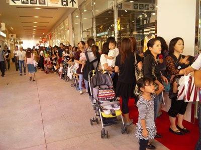 H&Mには800人が行列!子供連れも目立つ