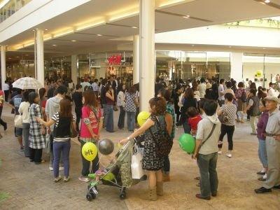 行列は増え続け、最終的には広場を列がうめつくした