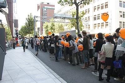 明治通りには1000人の大行列。列が長すぎて店が見えない! 1000人以内に入れた人にはオレンジ色の風船と引換券が配られた